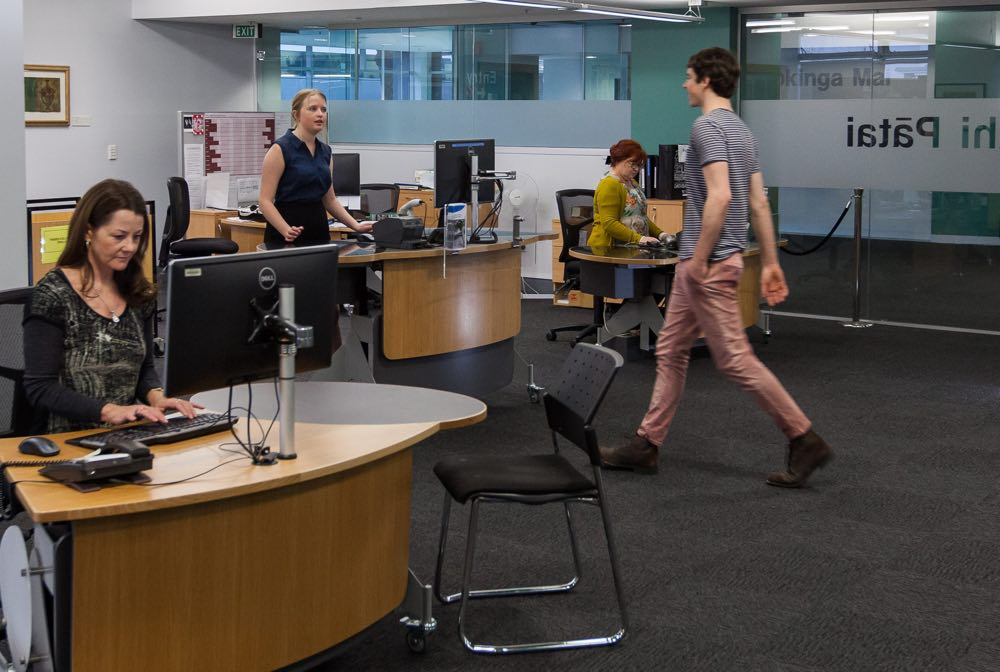 Height adjustable GLO for help and issues at the University of Auckland Library.