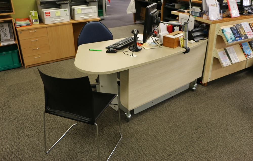 MAXX counter is a modern, height adjustable issues / help desk.