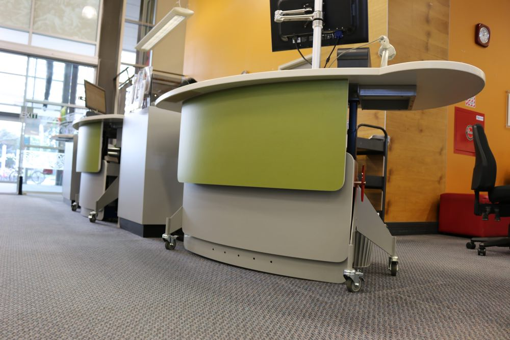 GLO 2000 Single Oval service desks.