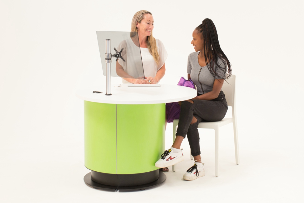 Height adjustable YAKETY YAK Nova Round Offset 1000 is perfect for spontaneous interactions at seated and standing heights.